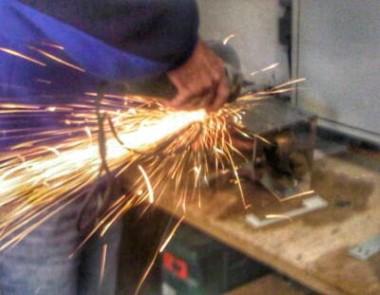 Laufwerksschächte ausschneiden und einbauen