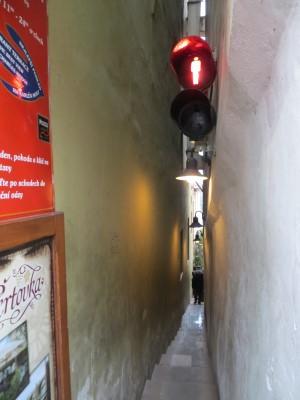 Enge Gasse mit Fußgängerampel in Prag