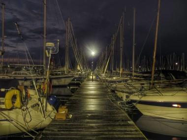 Steg im Yachthafen Heiligenhafen bei Nacht