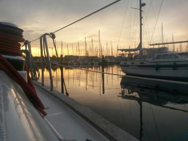 Steg im Yachthafen Heiligenhafen bei Sonnenuntergang
